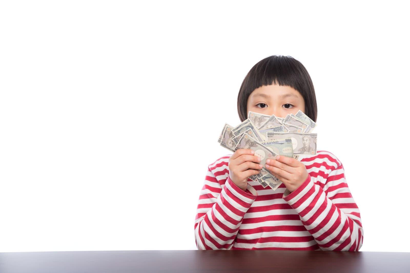 お金を持つ女の子