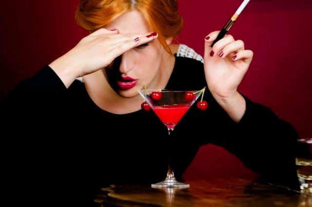 お酒で気分が悪そうな女性